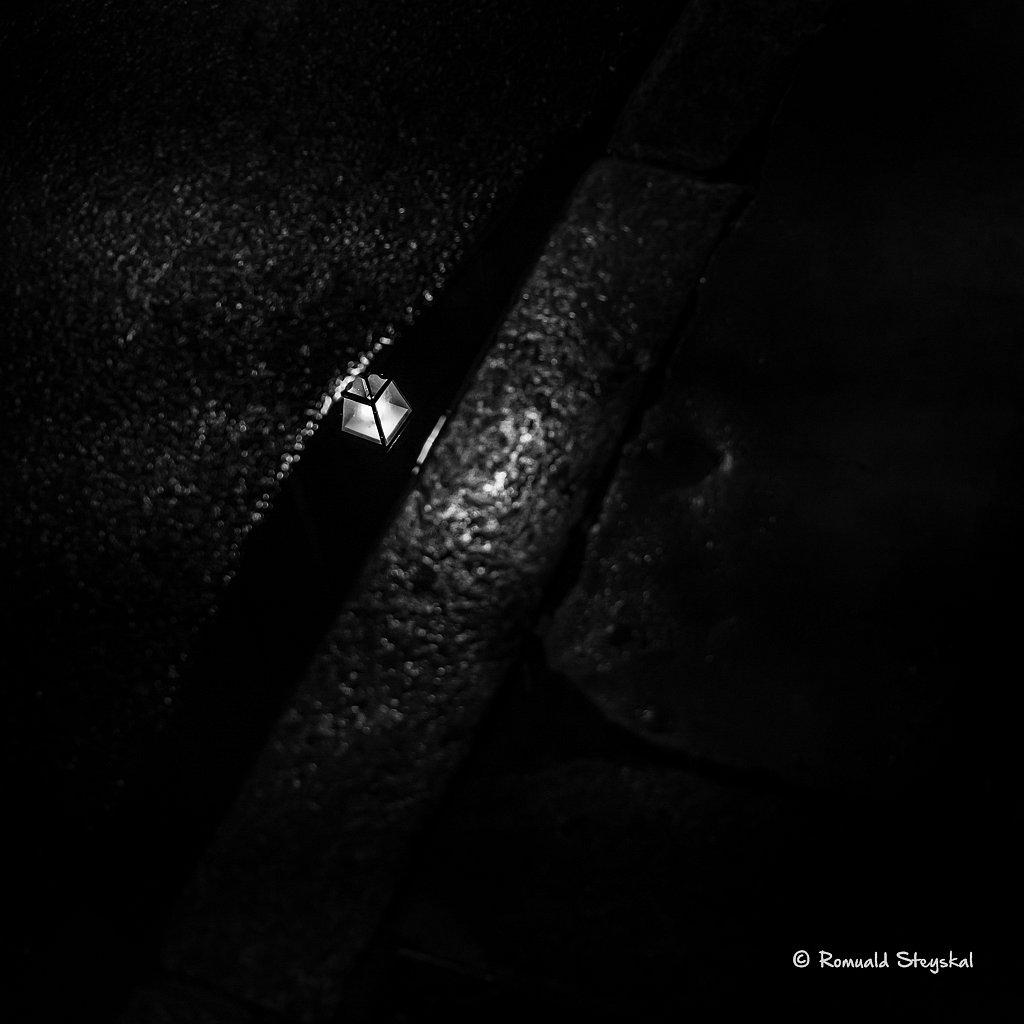 Le lampadaire dans le caniveau